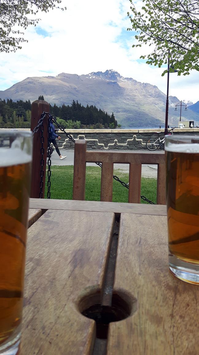 deux bières face aux montagnes
