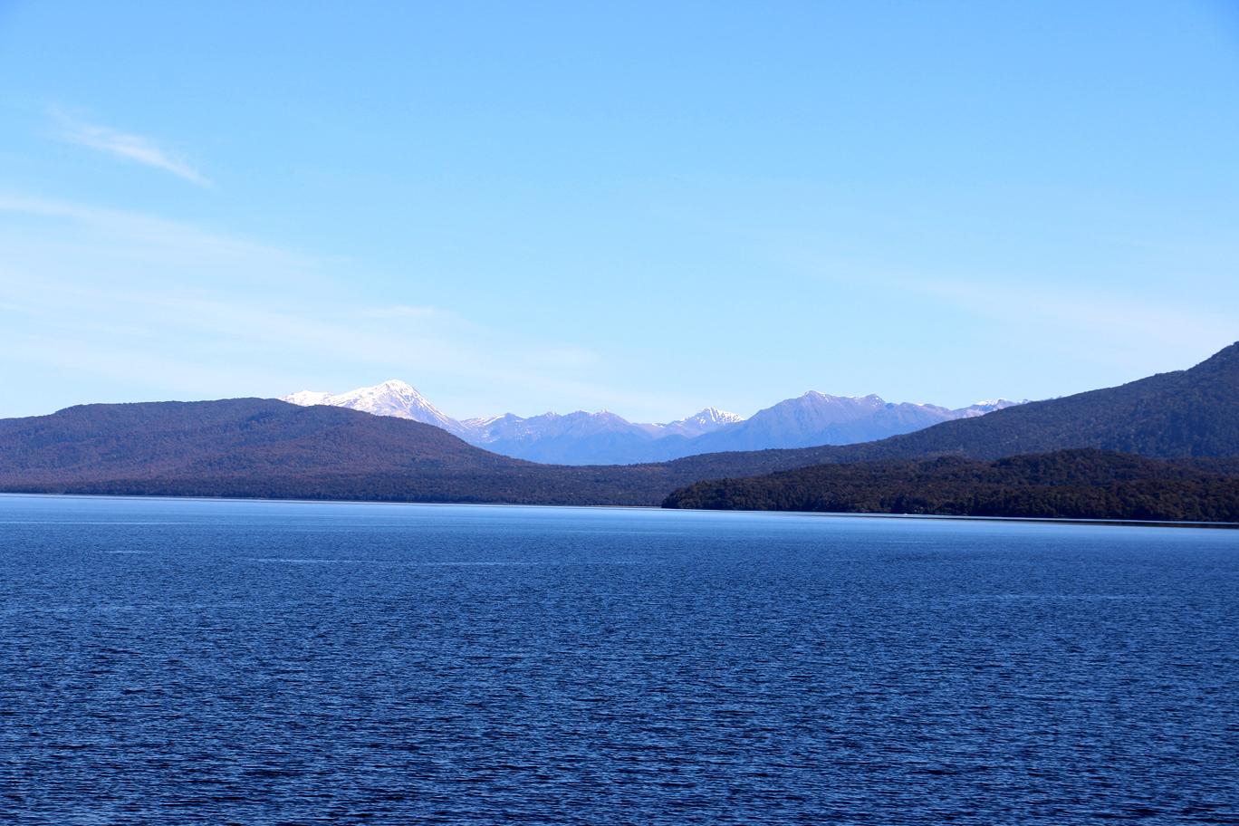Le lac, mais vu de la rive opposée.
